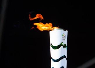 b74d094a003 A passagem da Tocha Olímpica por Cuiabá foi marcada por muita emoção. O  judoca David Moura foi o responsável por acender a pira olímpica na Arena  Pantanal